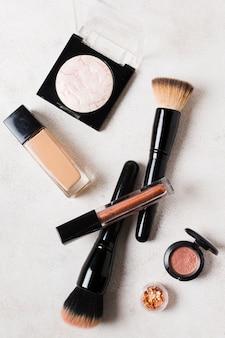 Lay out de ferramentas básicas para colocar maquiagem
