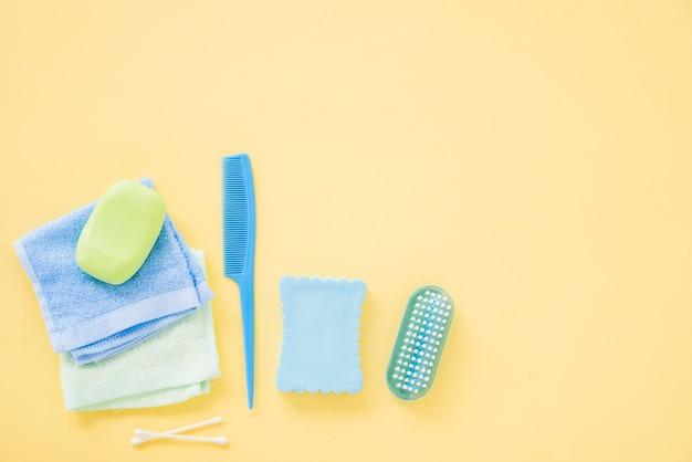 Lay out de suprimentos de banho para cuidados com o corpo