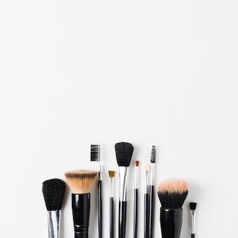 Lay out de várias escovas de maquiagem
