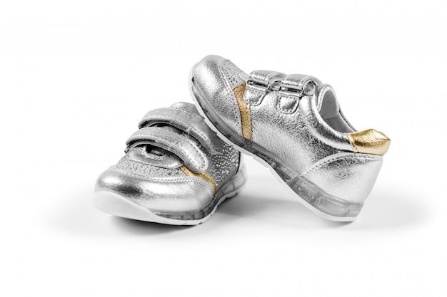 Lay plana. os calçados esportivos infantis prata isolados
