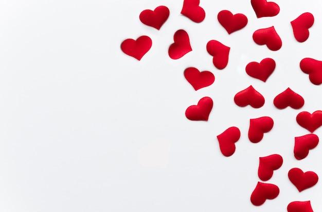 Lay plana pequenas corações vermelhos com cópia-espaço