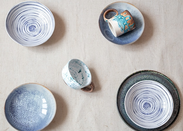 Layout bonito dos pratos de cerâmica. a vista do topo. conceito de acessórios de cozinha.
