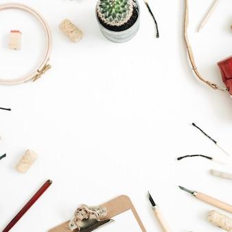 Layout com espaço de cópia feito de câmera retro, suculenta, ferramentas para artes artesanais, área de transferência em branco