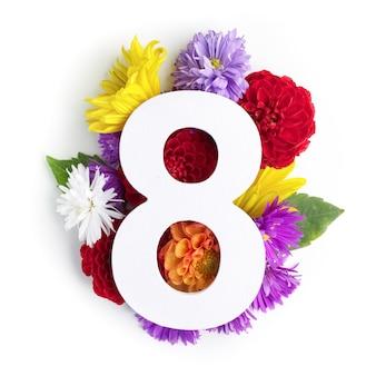 Layout com flores coloridas, folhas e número eith. postura plana. vista do topo.
