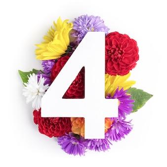 Layout com flores coloridas, folhas e número para. postura plana. vista do topo.