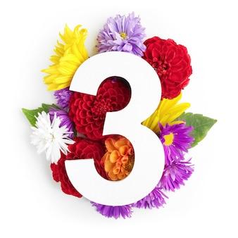 Layout com flores coloridas, folhas e número três. postura plana. vista do topo.