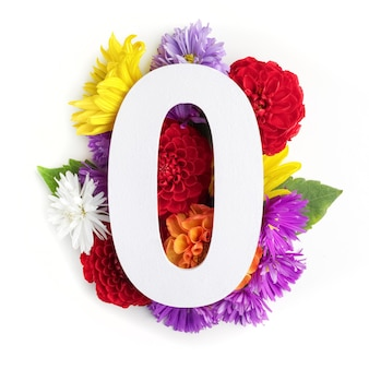 Layout com flores coloridas, folhas e número zero. postura plana. vista do topo.