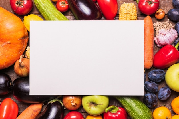 Layout com vários vegetais e frutas e cartão de papel branco