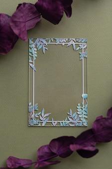 Layout criativo com certificado de cartão de acrílico transparente em branco com folhas verdes em fundo verde ecológico