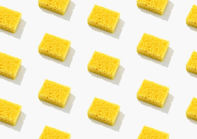 Layout criativo com esponja amarela para lavar louça em fundo cinza. conceito de serviço de limpeza