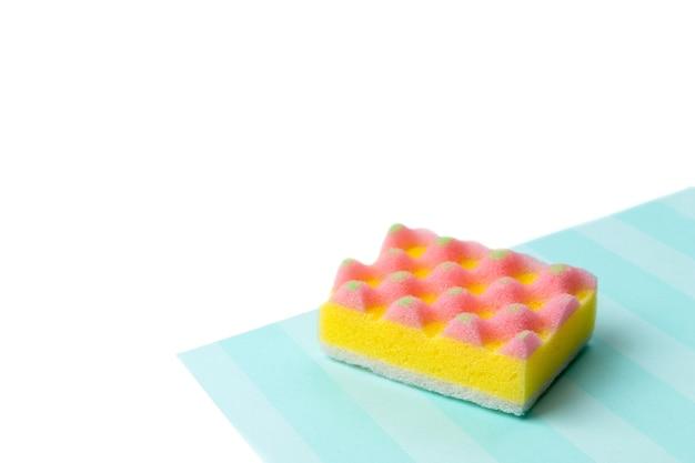 Layout criativo com esponjas para lavar louça em fundo multicolor. conceito de serviço de limpeza