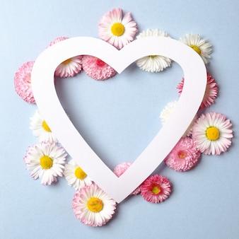 Layout criativo com flores da primavera e em forma de coração.