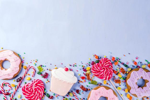 Layout criativo de doces, conceito de sobremesa com pirulitos, geleias, doces, rosquinhas de biscoitos e cupcakes