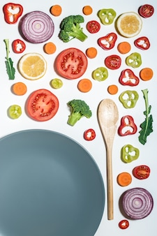 Layout criativo de frutas e vegetais fatiados com placa na superfície branca.