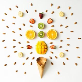 Layout criativo de frutas frescas, nozes e casquinha de sorvete. postura plana. conceito de verão.