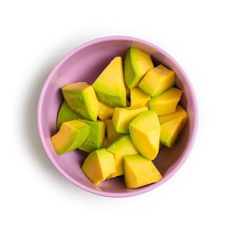 Layout criativo feito de abacate cortado em cubos. postura plana. conceito de comida. abacate em fundo branco.