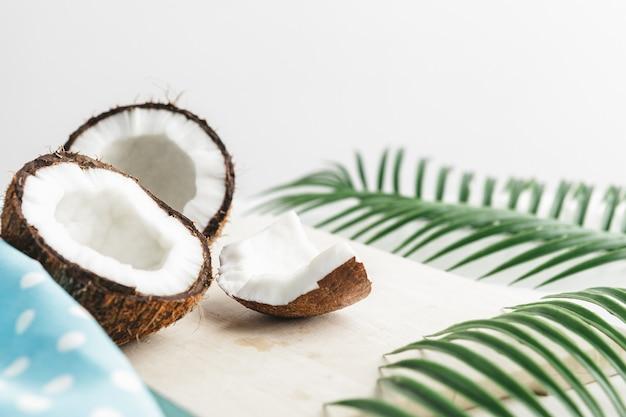 Layout criativo feito de cocos e folhas tropicais, conceito de comida