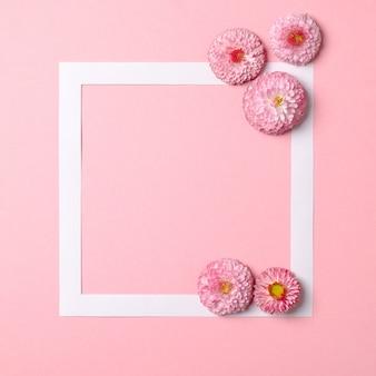Layout criativo feito de flores da primavera coloridas e borda do quadro de papel. conceito de férias mínimas.