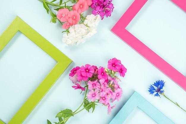 Layout criativo feito de flores e molduras coloridas brilhantes