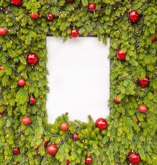 Layout criativo feito de galhos de árvores de natal com nota de cartão de papel branco, plana leigos