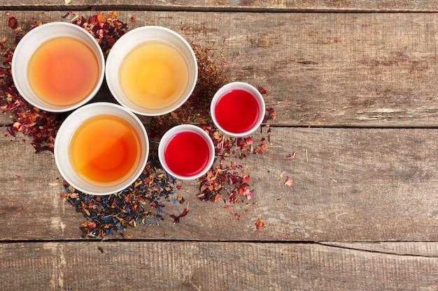 Layout criativo feito de xícara de chá de ervas em um fundo de madeira