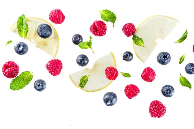 Layout criativo, plano de fundo, com frutas frescas, padrão simples no fundo branco