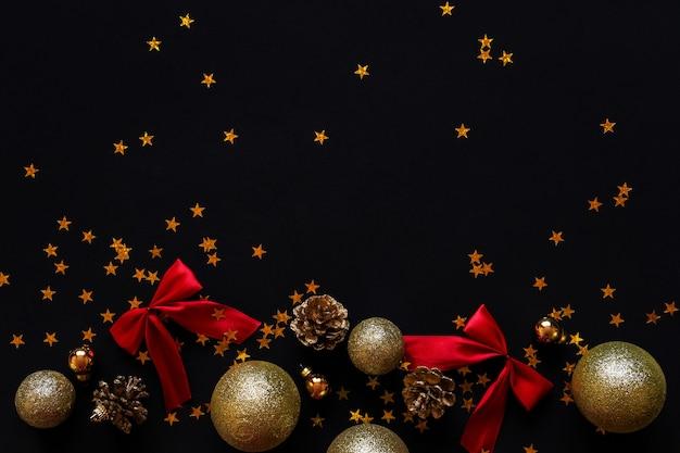 Layout das decorações de ano novo. bolas, cones e confetes de ouro.