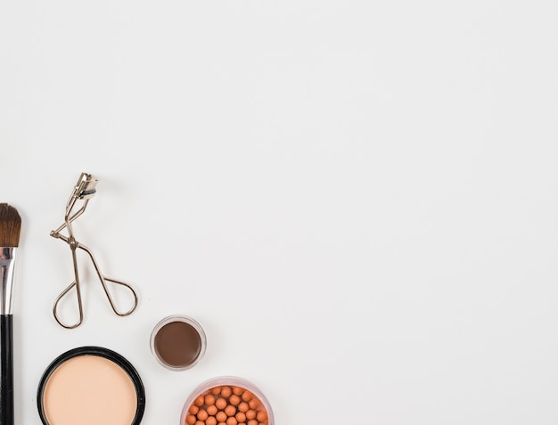 Layout de acessórios de maquiagem em fundo branco