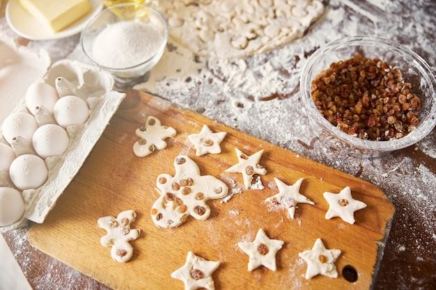 Layout de conceito de cozinha de biscoitos crus e componentes de panificação
