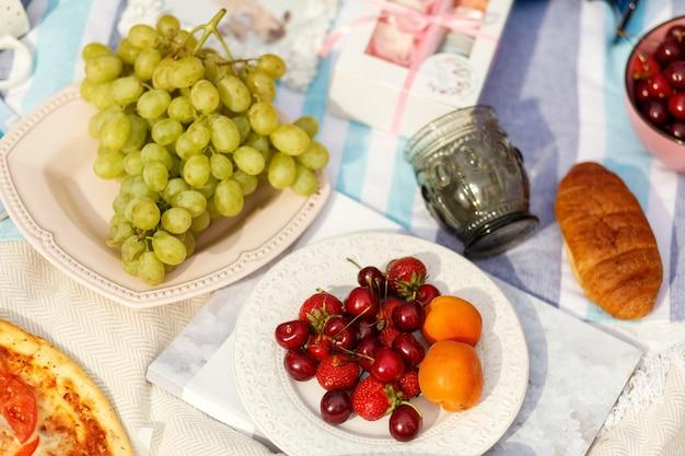 Layout de configuração plana com bagas e uvas.