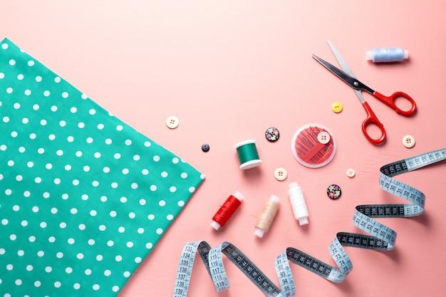 Layout de ferramentas e acessórios de costura em rosa