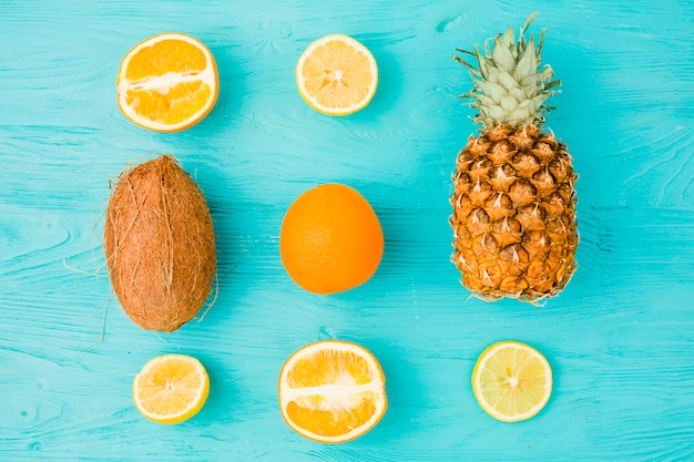 Layout de frutas tropicais frescas