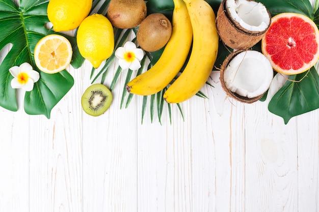 Layout de frutas tropicais maduras brilhantes