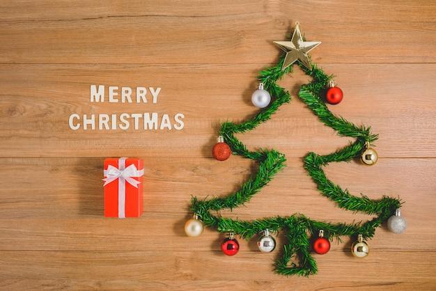 Layout de inverno criativo feito com galhos de árvores verdes e ornamento