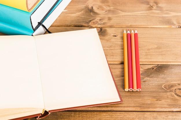 Layout de livro e lápis