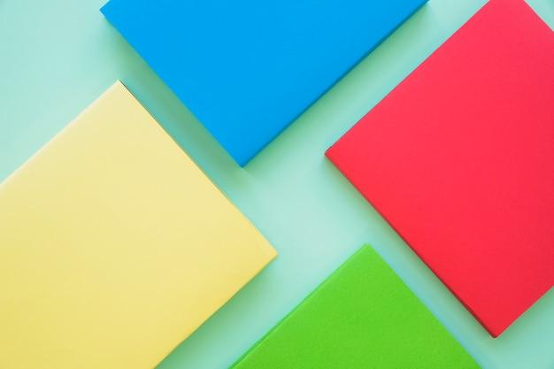 Layout de livros vazios coloridos