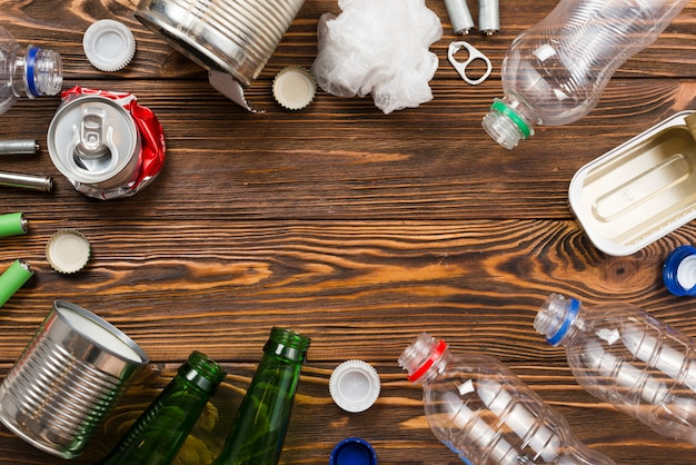 Layout de lixo para reciclagem em fundo de madeira