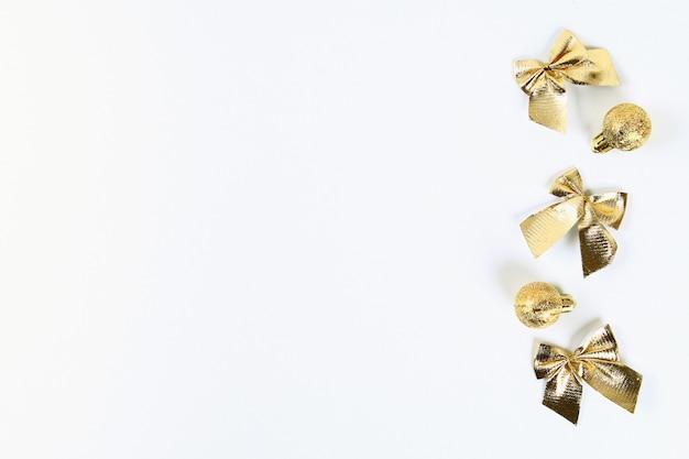 Layout de natal. a bola dourada do brinquedo, curva um fundo branco. ano novo 2019, natal, conceito de inverno