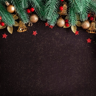 Layout de natal com pinheiro, enfeites de ouro e sinos