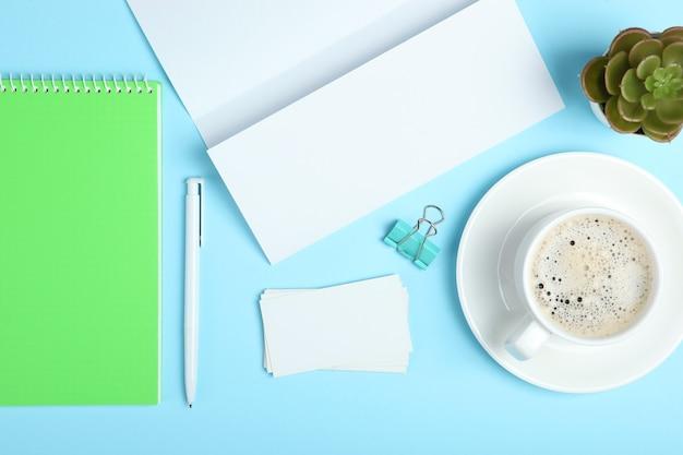 Layout de palco de branding de papelaria branco em um fundo de cor suave