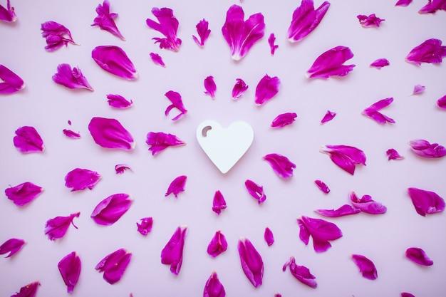 Layout de peônia fúcsia com coração de madeira branco no centro