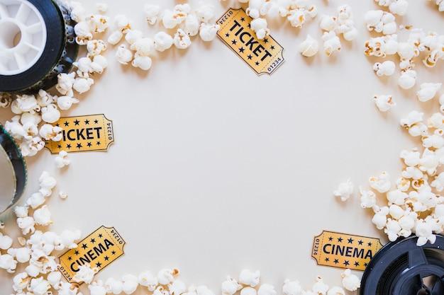 Layout de pipoca com objetos de cinema