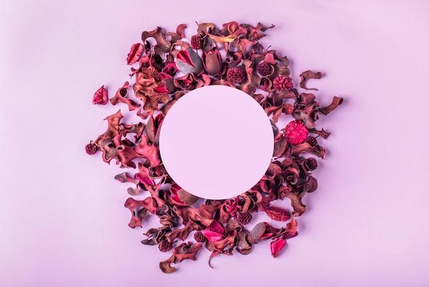 Layout de temporada criativa de folhas e flores