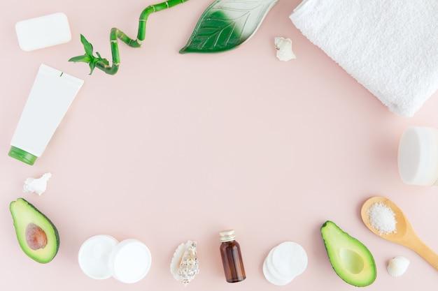 Layout do quadro verde branco rosa spa e bem-estar com toalha, bambu, folhas tropicais, abacate, garrafa de óleo, corpo e rosto cuidados ferramentas em pastel.