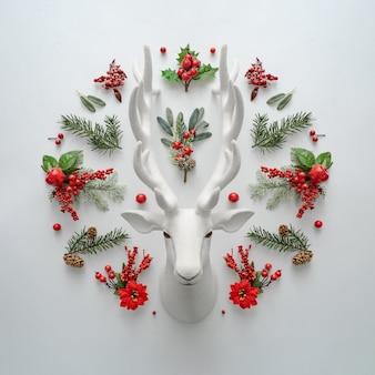 Layout plano leigo de natal com veado de papai noel e decoração natural.