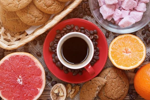 Layout superior com café, frutas, açúcar aromatizado e biscoitos