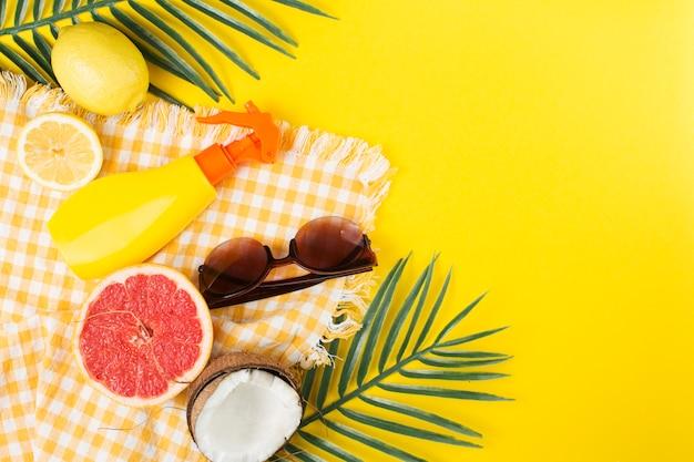 Layout tropical de acessórios de praia e frutas