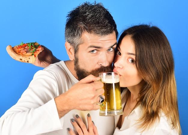 Lazer, bebidas, comida, amor, conceito, marido e mulher, bebem cerveja juntos, menina bonita, segurando, fatia gostoso