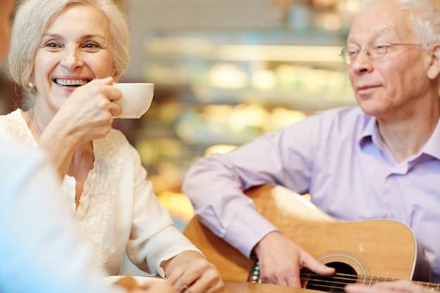 Lazer com chá e violão