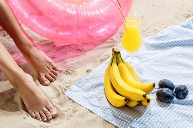 Lazer de verão coquetéis de frutas na praia e diversão após nadar alegre